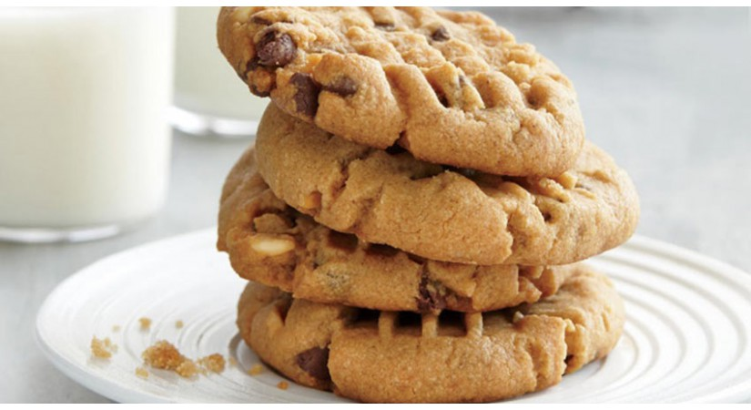Brezglutenski piškotki iz arašidovega masla s čokoladnimi kapljicami