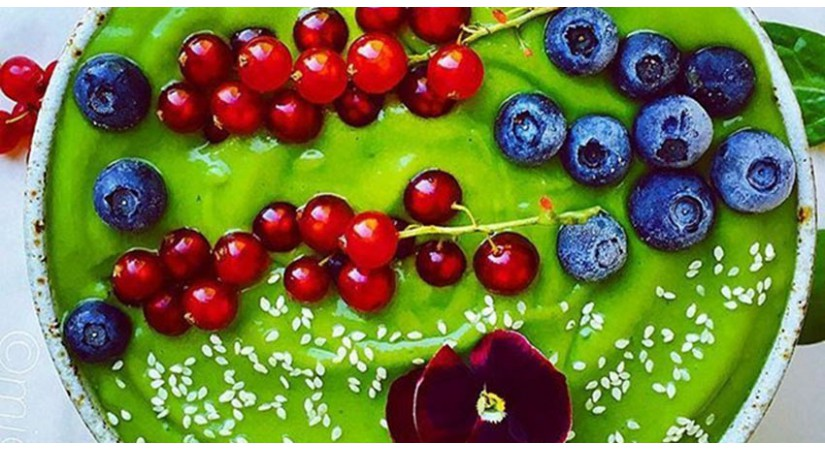 Zelena smoothie skleda bogata z železom