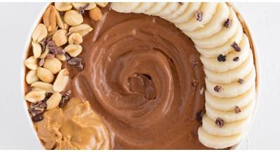 Čokoladna skleda z okusom kakava, banane in arašidov