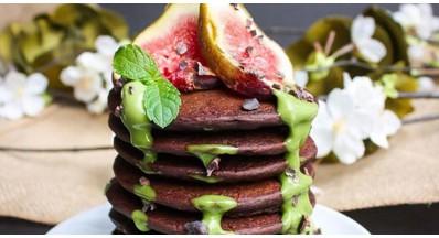 Dva recepta za čokoladne proteinske palačinke (veganske in brez glutena)