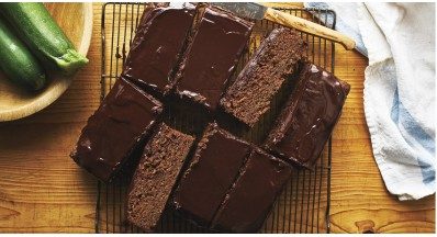 Čokoladni beljakovinski kolač (z bučkami)